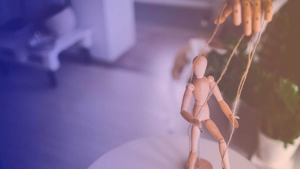 Une marionnette manipulant une autre marionnette, représente les coachs non indépendants