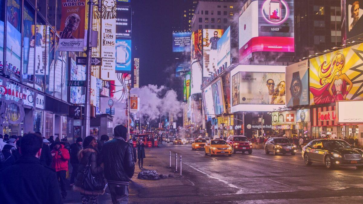 Une rue avec beaucoup d'affichage publicitaires utilisant les biais cognitifs