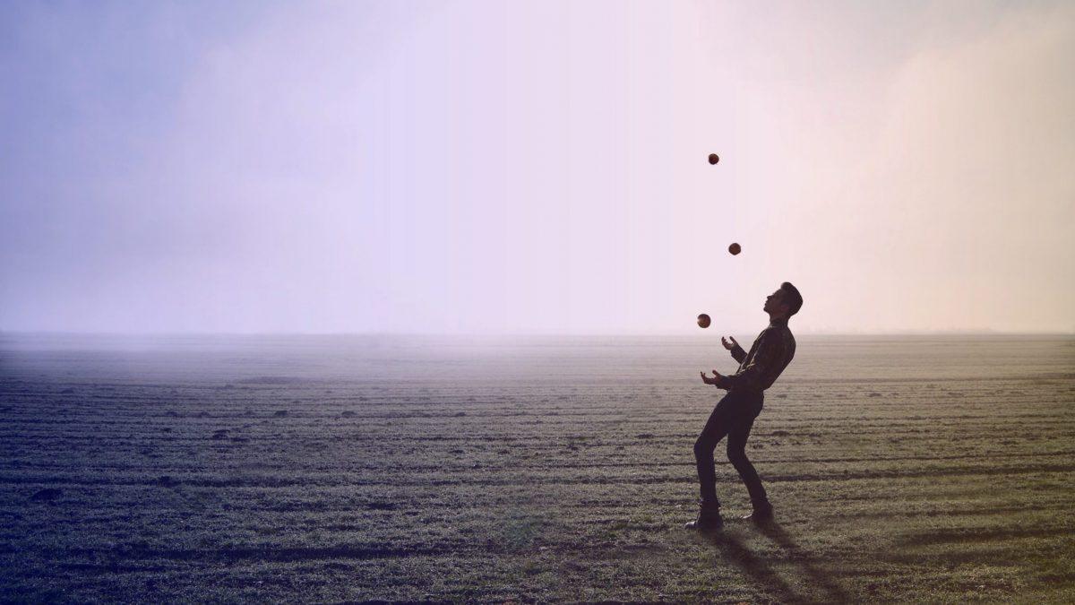 Un homme qui jongle avec 3 balles