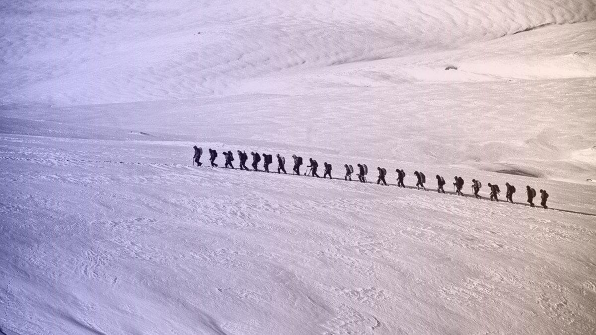 Un groupe montant un glacier en file indienne