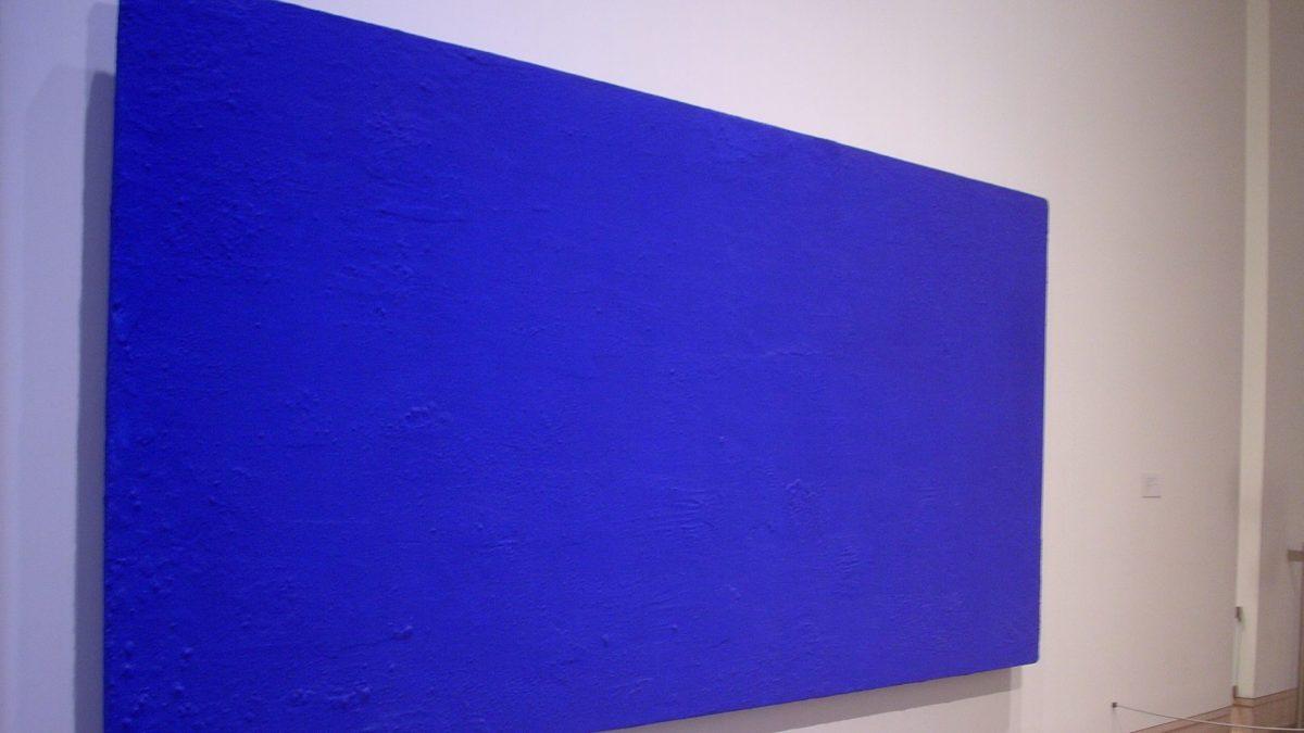 Tableau monochrome d'Yves Klein représentant la qualité en toute simplicité