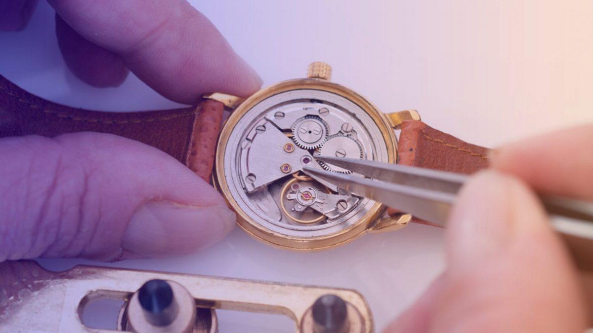 Horloger répare une montre