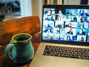 Ordinateur avec plein de webcam allumées pour une réunion en télétravail