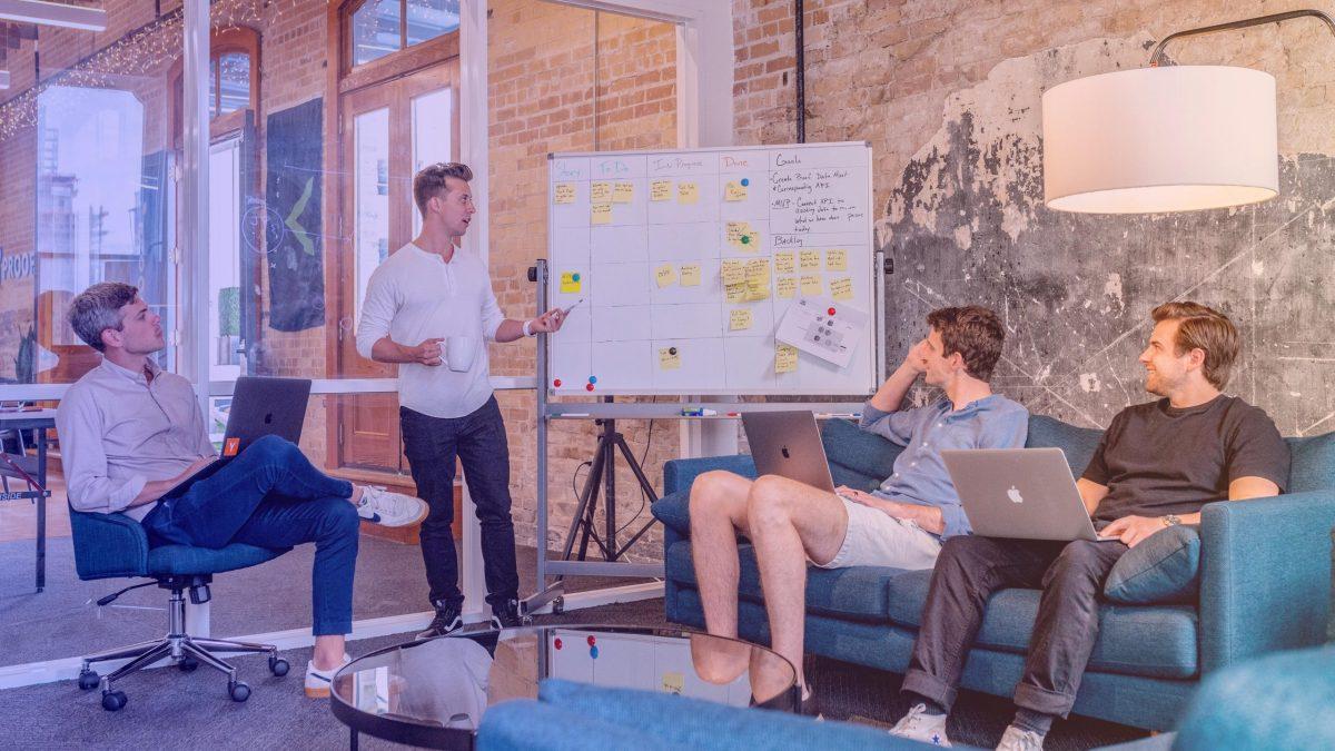 Une équipe agile regarde son Kaban board et ses indicateurs