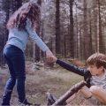 Une enfant aide un autre à se sortir du pétrin : elle débloque sa problématique